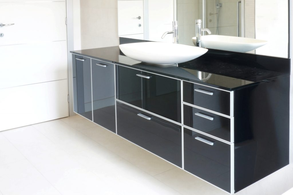 Arredo bagno su misura in vetro nero by 4a di anselmini for Architetto arreda